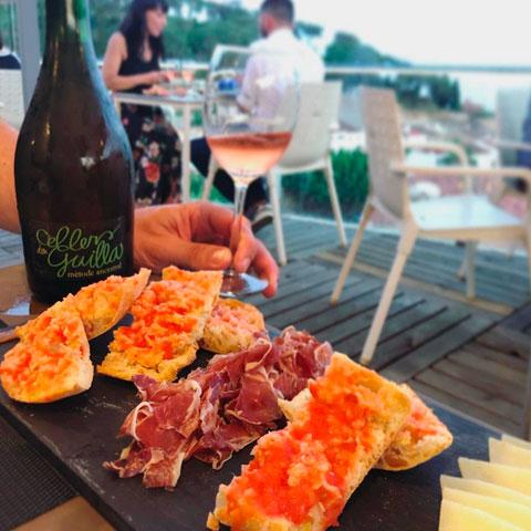 Una copa de vino con jamón el el Dynamic Restaurant